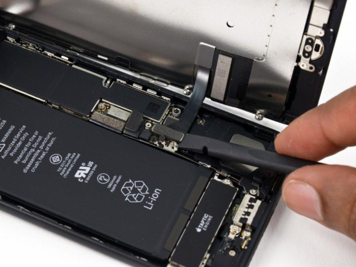 Desconectar los conectores de la pantalla del iPhone