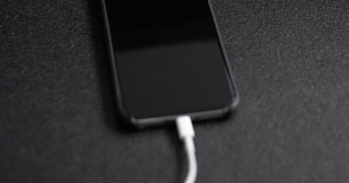 iPhone cargando con cable lightning