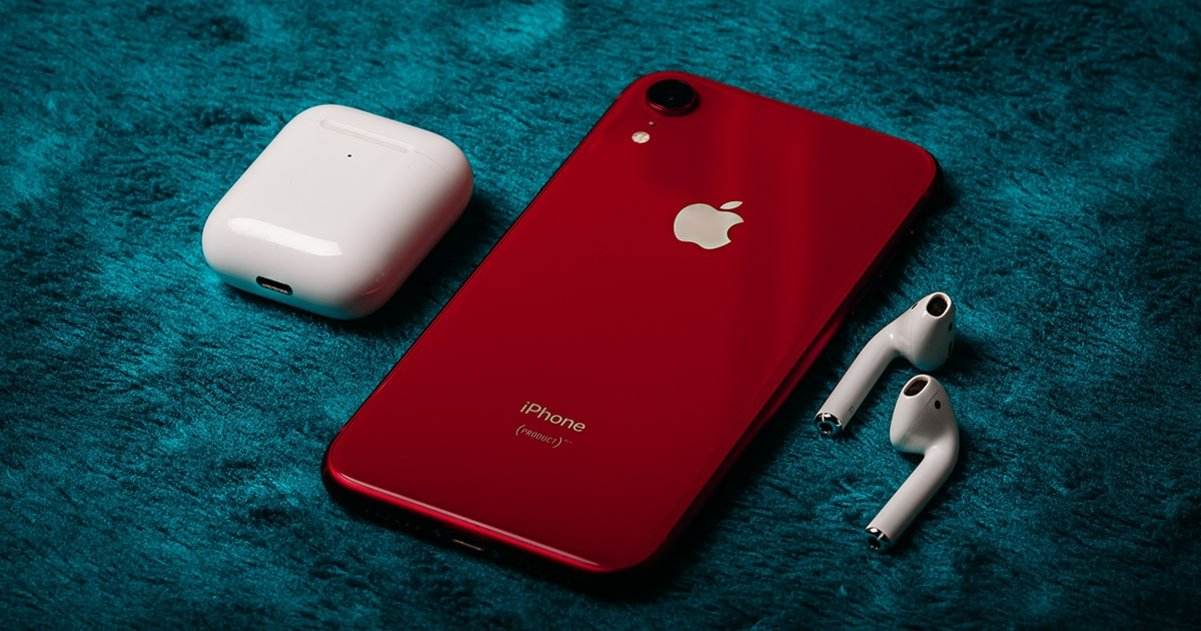 iPhone XR AirPods