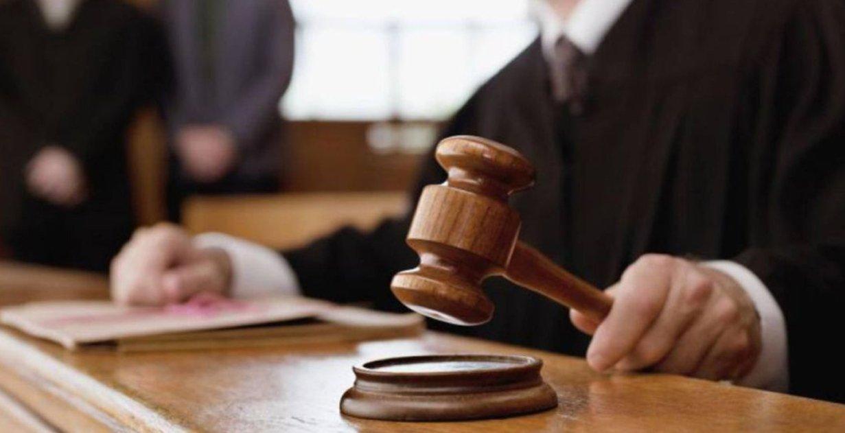 Juez con su maza en un juicio.