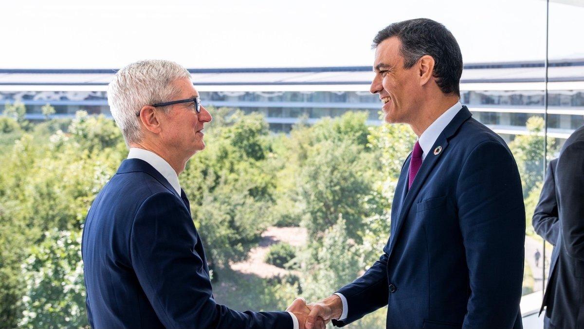 Pedro Sánchez junto a Tim Cook en el Apple Park