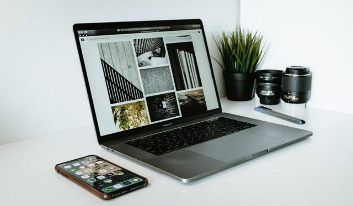 MacBook sobre una mesa