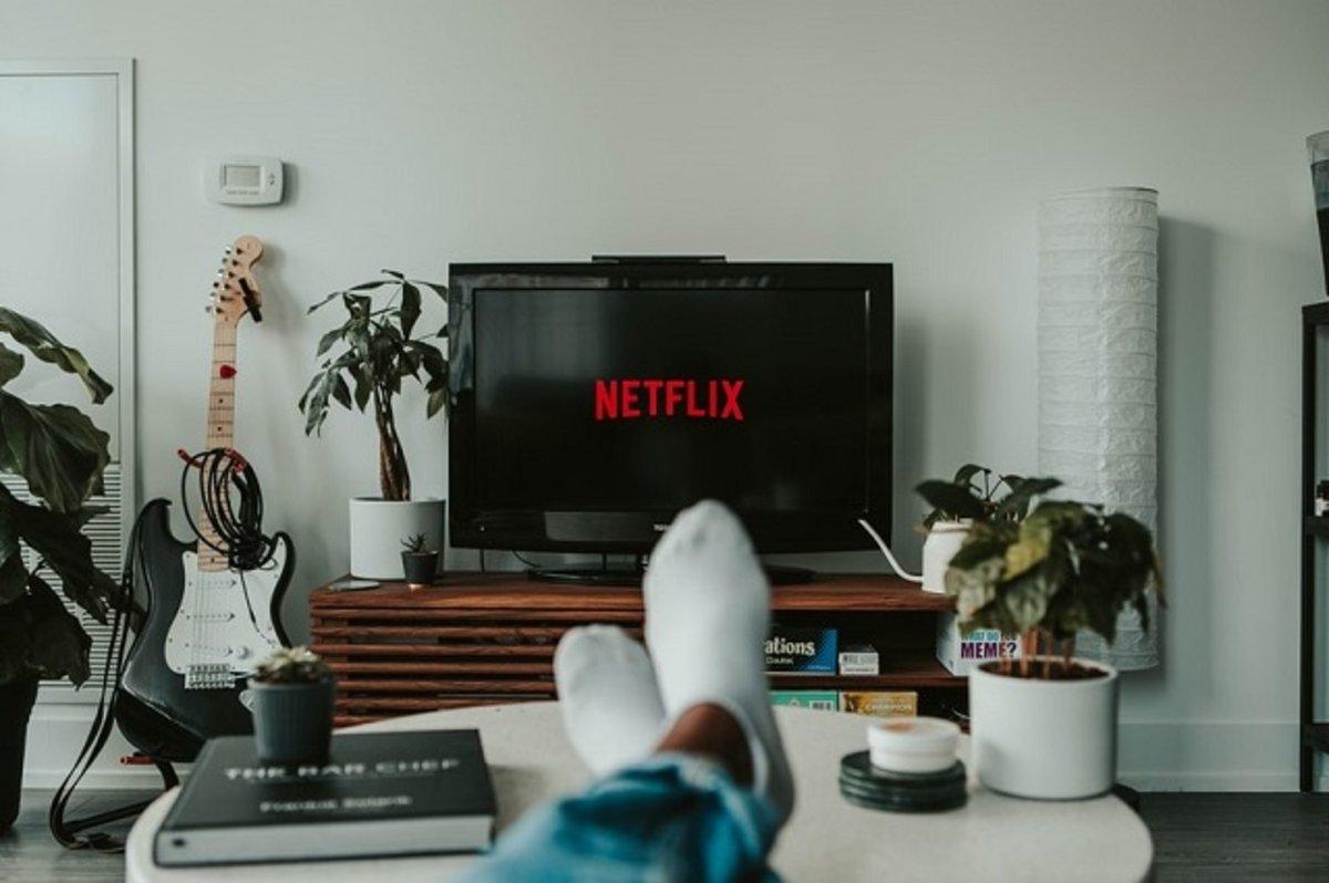 Persona viendo Netflix en una TV